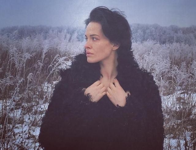 Даша Астафьева шокировала деревенским образом в поле (ВИДЕО)
