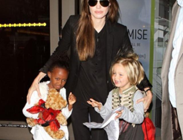 Анджелина Джоли с дочерьми в аэропорту Лос-Анджелеса. ФОТО