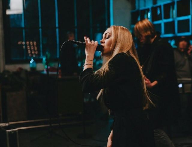 Певица Alyosha показала новое Live-ВИДЕО про ушедшую любовь
