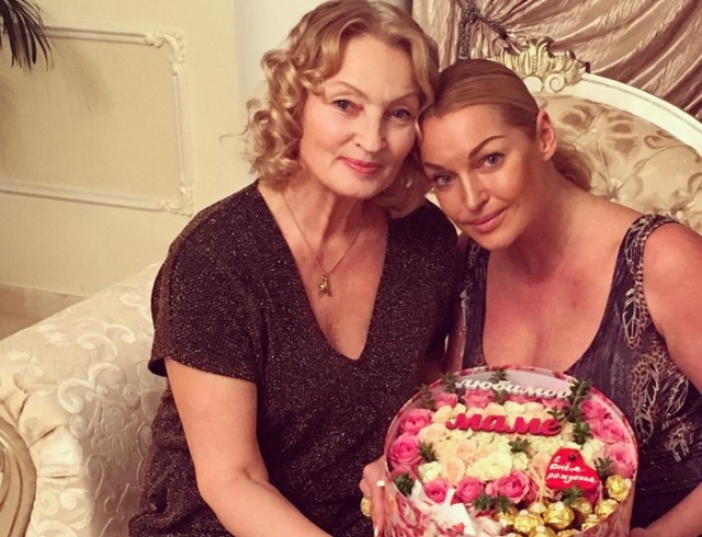 Ужин у костра: Анастасия Волочкова показала свою маму (ФОТО)