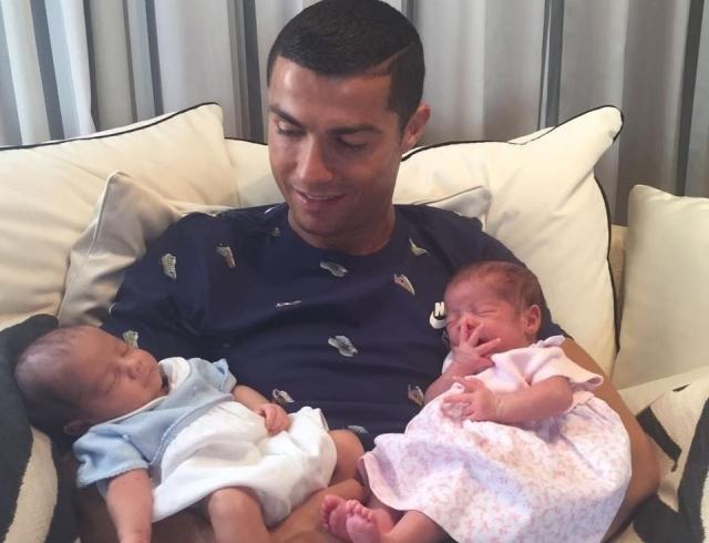 Семья в сборе: Криштиану Роналду растрогал соцсети новым ФОТО с новорожденной двойней