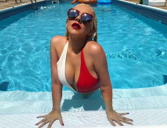 Снова в строю: похудевшая Кристина Агилера похвасталась аппетитными формами у бассейна (ФОТО)