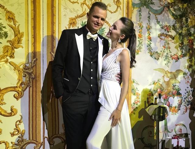 Репетиция: Анастасия Костенко в белом платье и Тарасов в смокинге погуляли на свадьбе друзей (ФОТО)