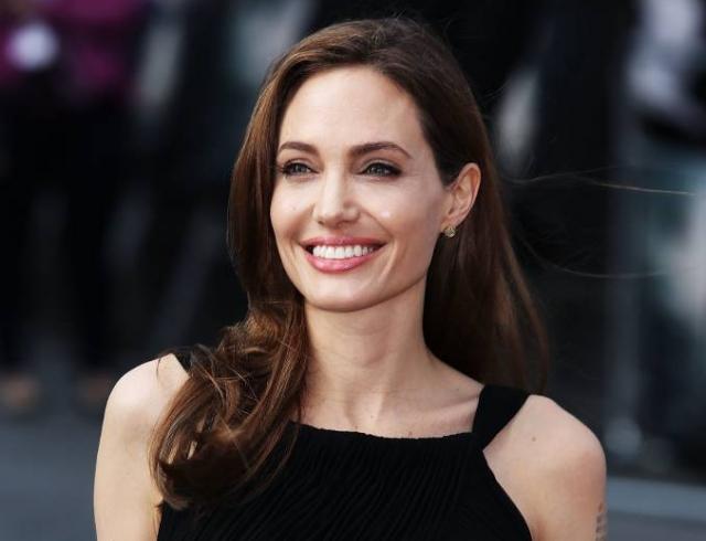 """Инсайдеры: Анджелина Джоли выбрала наряд-""""прикрытие"""" для прогулки с сыном (ФОТО)"""