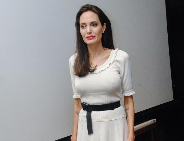 Худая Анджелина Джоли на премьере своего фильма показала тоненькие руки и подчеркнула бюст