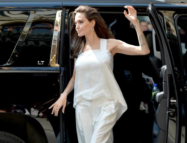 В магазин — как на красную дорожку: Анджелину Джоли заметили за покупками в продуктовом супермаркете