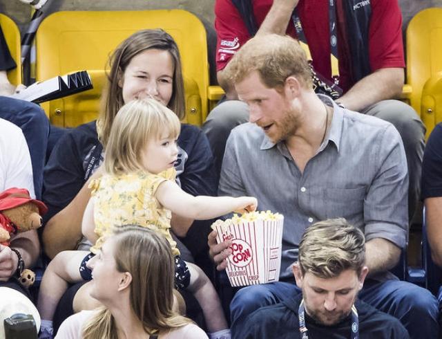 """В Сети обсуждают реакцию принца Гарри на милый курьез: 2-летний ребенок """"подворовывает"""" у него поп-корн (ВИДЕО)"""