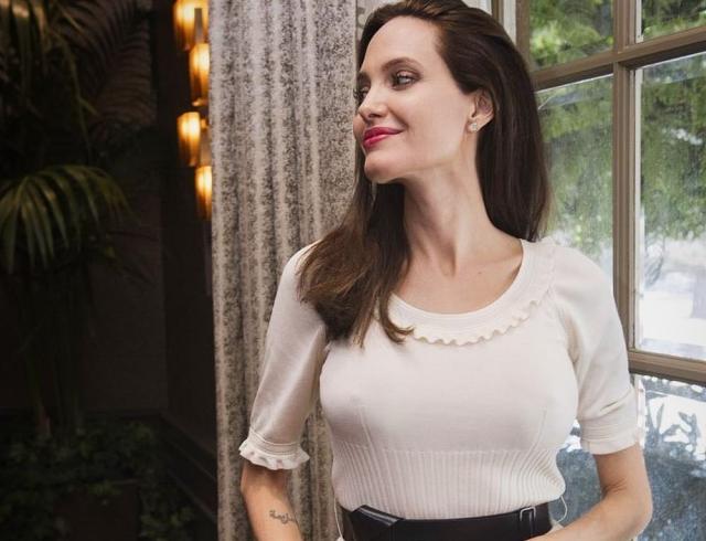 Анджелина Джоли в черном мини шокировала поклонников худыми ногами (ФОТО)