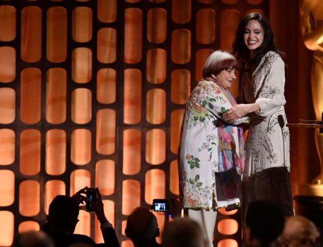 Анджелину Джоли сравнили с бабушкой из-за странного танца (ВИДЕО)