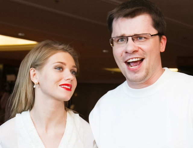 Счастливы вместе: Гарик Харламов носит Кристину Асмус на руках и признается в любви (ВИДЕО)