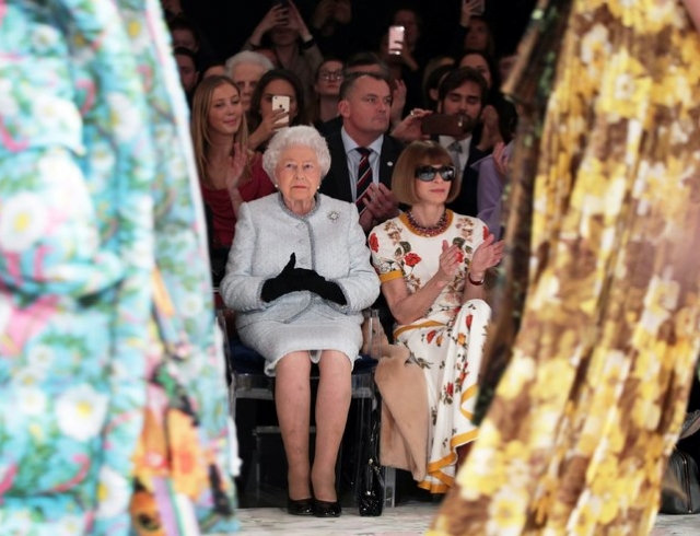 Королева Елизавета II посетила показ на Неделе моды в Лондоне