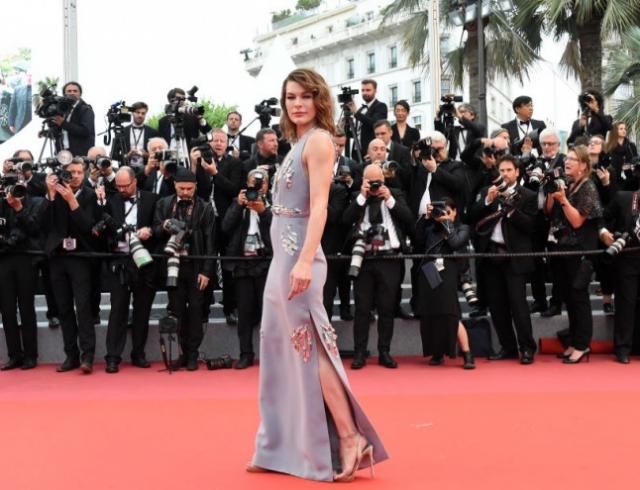 Образ дня: Мила Йовович в платье с глубоким декольте посетила Каннский кинофестиваль (ГОЛОСОВАНИЕ)