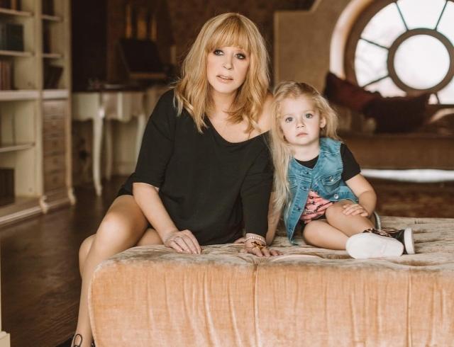 Учит Примадонну жизни: 4-летняя дочь Аллы Пугачевой снова рассмешила Сеть (ВИДЕО)