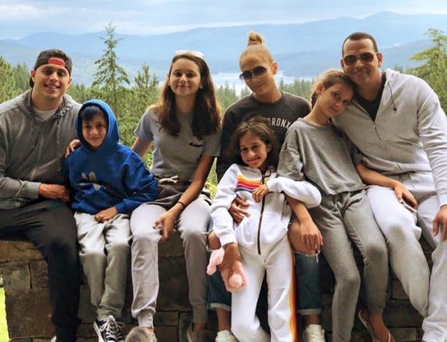 Одна большая семья: Дженнифер Лопес и Алекс Родригес отдыхают с детьми