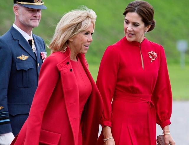 Ladies in red: принцесса Дании и Бриджит Макрон выбрали похожие наряды для встречи