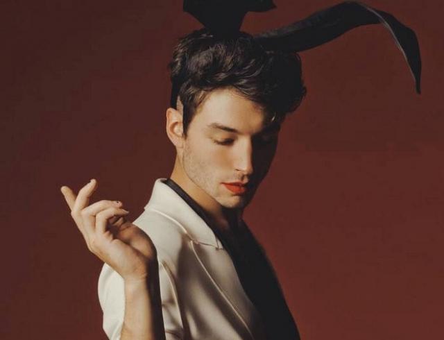 Актер Эзра Миллер разрушил гендерные стереотипы в новой фотосессии для Playboy (ФОТО)