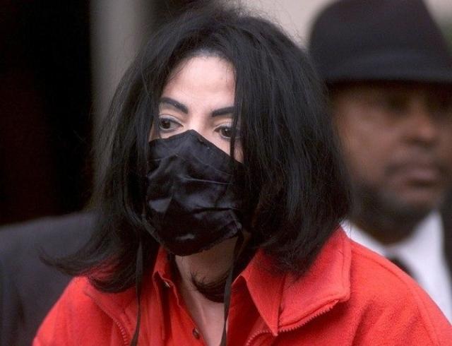 Телохранитель Майкла Джексона рассказал, зачем он носил маску и клеил пластырь на нос