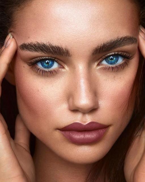 Естественные брови, стрелки, влажные губы: тренды в зимнем макияже 2020 - галерея №1 - фото №1