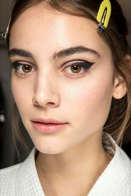Естественные брови, стрелки, влажные губы: тренды в зимнем макияже 2020 - галерея №3 - фото №3