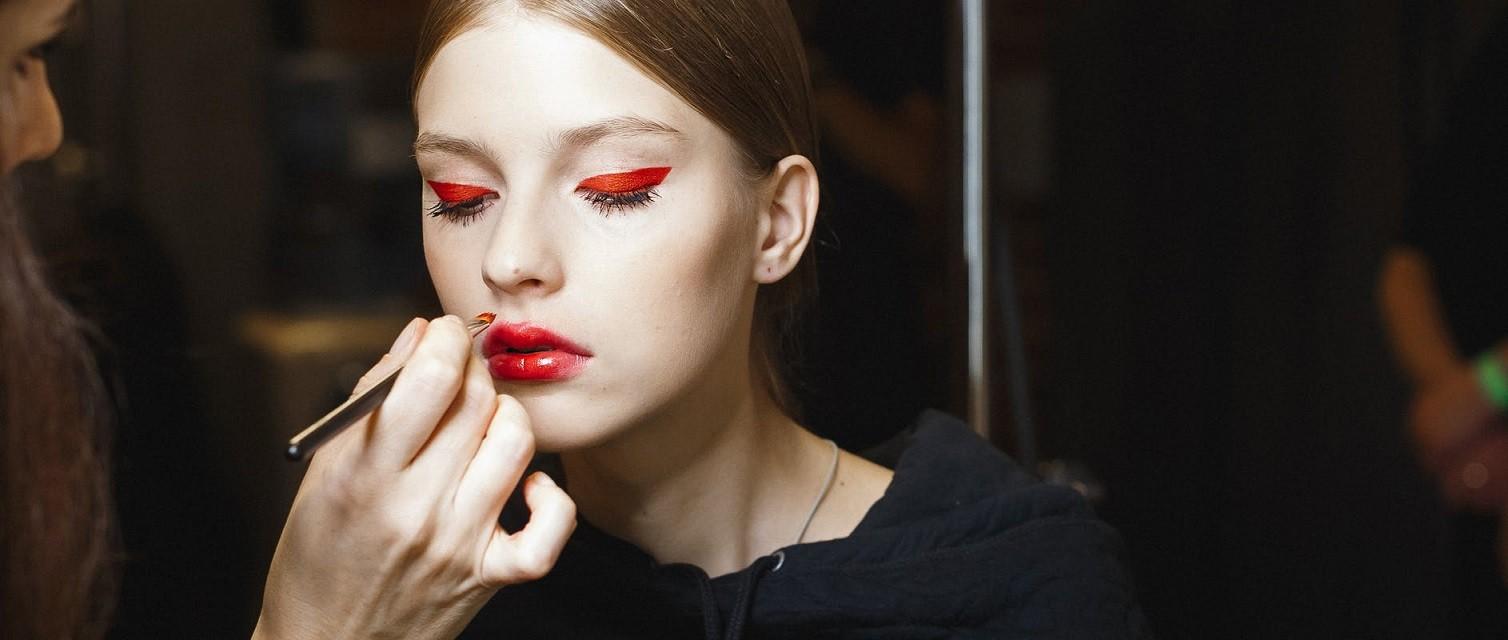 Естественные брови, стрелки, влажные губы: тренды в зимнем макияже 2020 - галерея №3 - фото №2