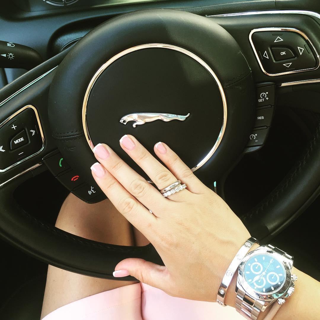фото женской руки в масле на машине подобран стык бампера