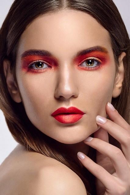 Естественные брови, стрелки, влажные губы: тренды в зимнем макияже 2020 - галерея №4 - фото №3