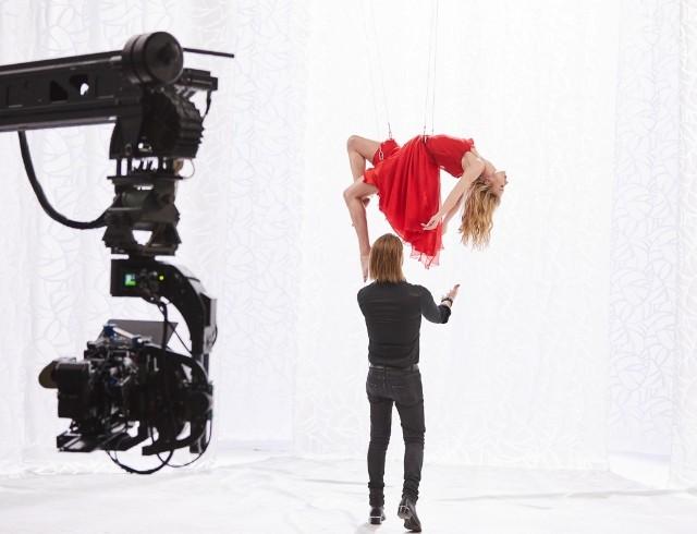 """""""Мне предварительно показали фотографии девчат"""": Олег Винник показал бекстейдж клипа """"Безумная Любовь"""" и раскрыл подробности съемок"""