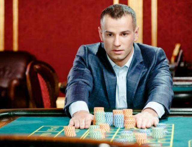 Как помочь человеку который играет в казино люди которые играют в карты книга