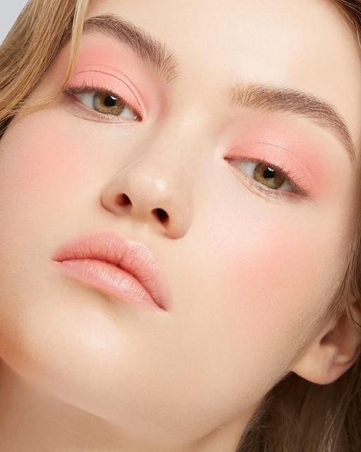 Естественные брови, стрелки, влажные губы: тренды в зимнем макияже 2020 - галерея №4 - фото №1