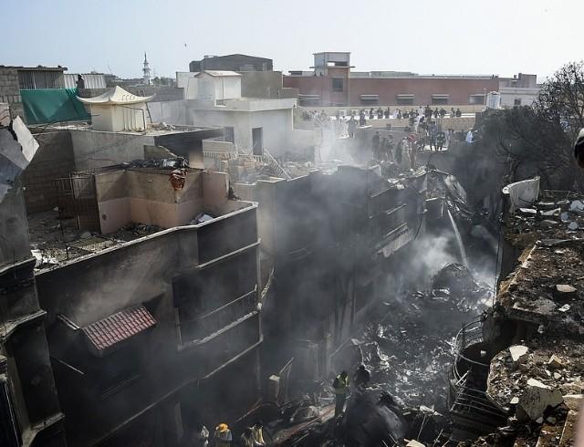 Рухнул на жилые дома: в Пакистане разбился пассажирский самолет А320 (ВИДЕО+ФОТО)