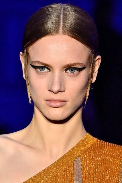 Естественные брови, стрелки, влажные губы: тренды в зимнем макияже 2020 - галерея №3 - фото №1