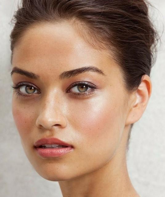 Естественные брови, стрелки, влажные губы: тренды в зимнем макияже 2020 - галерея №2 - фото №2